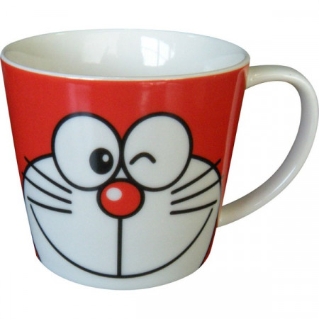 Taza roja con cara de Doraemon guiñando un ojo